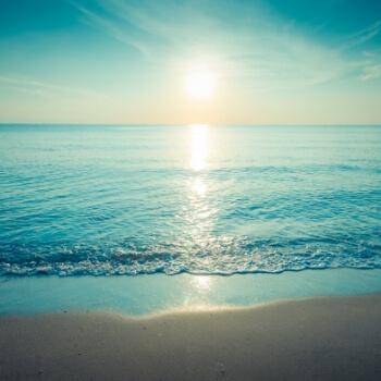 日に照らされる海